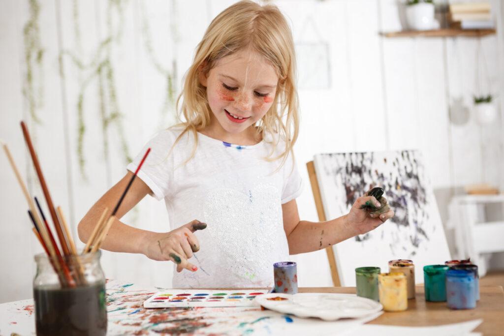 visual i plastica niña pintando